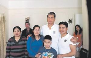 El presidente Correa abrazando a los padres de Nohemí Álvarez