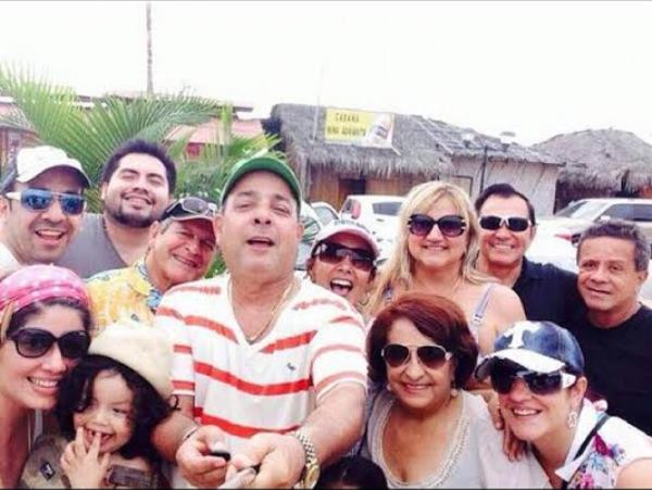 Esta podría ser una de las últimas fotos de Sharon, pocas horas antes de su muerte, acompañada de su pareja, su hijo y sus amigos.