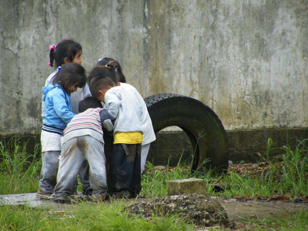 Niños de preescolar beben agua de pozo