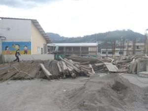 La Unidad Educativa 16 de Abril en momentos en que se suspendieron los trabajos. Foto El Mercurio