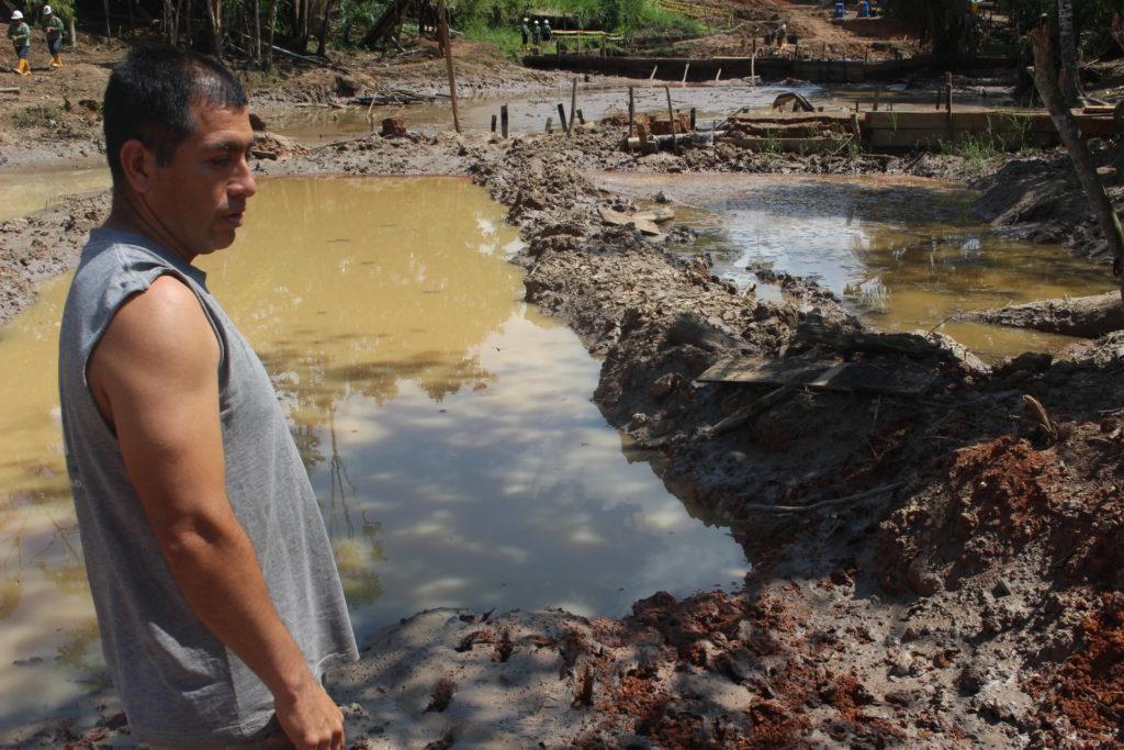Victor Calva muestra las fosas que desde hace ocho meses abrió personal de Amazonía frente a su vivienda.