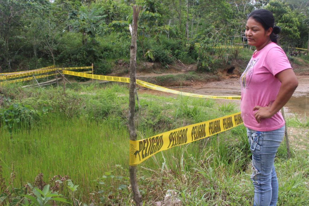 Gladys Calva, quien vive a un lado de un pantano que está remediando Amazonía Viva, muestra fosas dentro de su propiedad que siguen contaminada con pasivos ambientales.