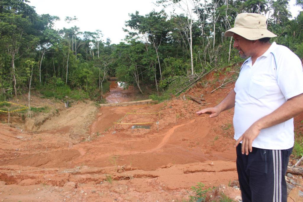 Wilson Suárez, coordinador del Comité de Afectados por la Contaminación Petrolera en Pacayacu, muestra una ladera conectada con la piscina de desechos de 50 x 50 metros y que fue intervenida por Amazonía Viva.