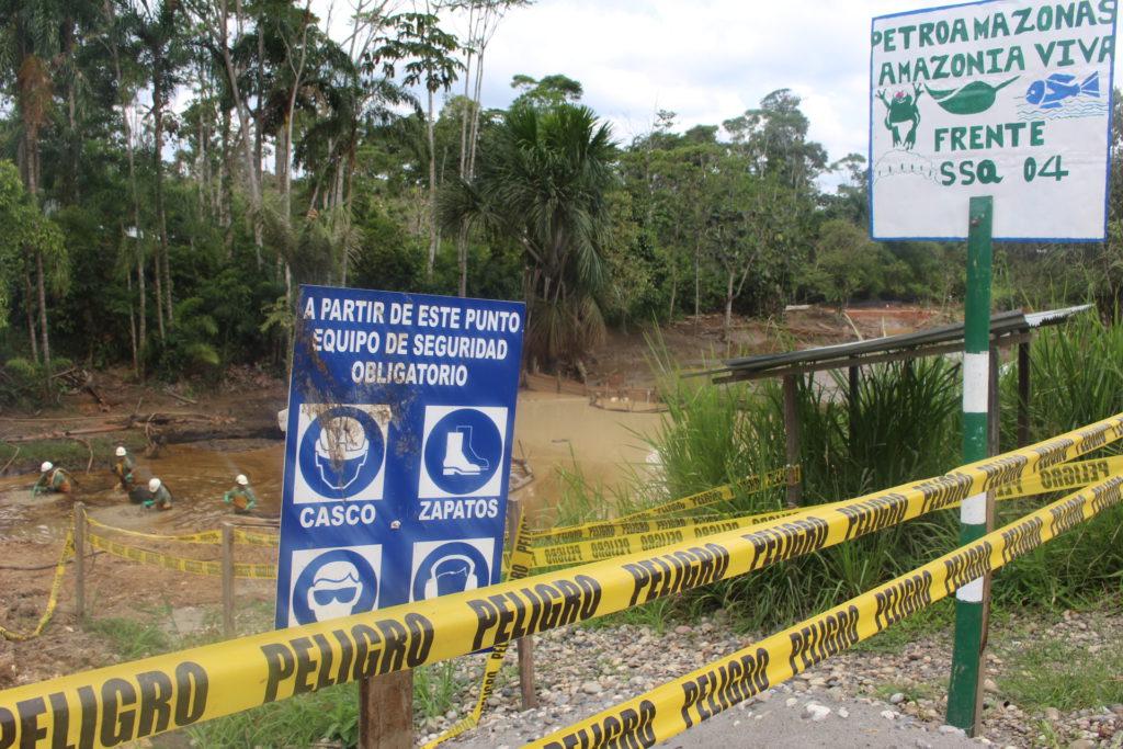 Señales de peligro rodean lugares donde Amazonía Viva realiza trabajos de remoción de pasivos ambientales.